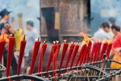 SICHUAN KINA - SEPTEMBER 13 2014: Stearinljus på den Lingshan templet en famou Arkivbild