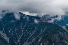 Sichuan occidental, China, ca?das de la nube de la monta?a de la nieve foto de archivo
