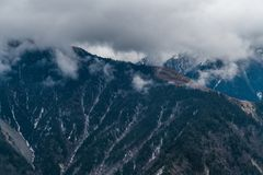 Sichuan occidental, Chine, automnes de nuage de montagne de neige photo stock