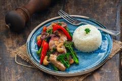 Sichuan-Schweinefleisch, Brokkoli, roter Pfeffer und Acajoubaum braten an Lizenzfreie Stockfotografie