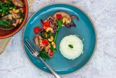 Sichuan-Schweinefleisch, Brokkoli, roter Pfeffer und Acajoubaum braten an Lizenzfreies Stockfoto