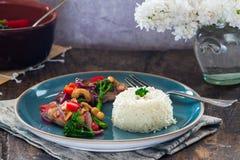 Sichuan-Schweinefleisch, Brokkoli, roter Pfeffer und Acajoubaum braten an Stockfoto