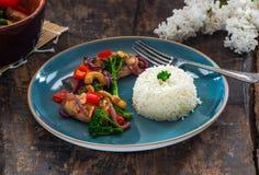 Sichuan-Schweinefleisch, Brokkoli, roter Pfeffer und Acajoubaum braten an Stockbild