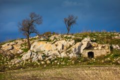 Siciliaans landschap en huis in de rots royalty-vrije stock foto