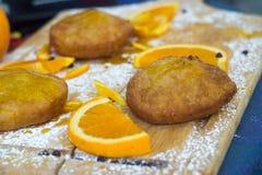 Siciliaanse die gebakjes met oranje room worden gevuld stock afbeeldingen