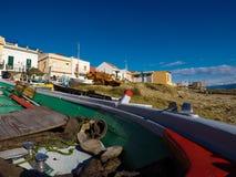 Siciliaanse die vissersboot op het strand wordt vastgelegd stock afbeeldingen
