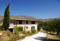Siciliaanse landbouwbedrijfhuis en cipres tre Stock Afbeelding
