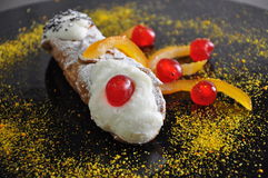 Sicilian bageri Traditionell bakelsecannolo arkivbild