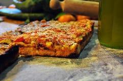 Sicilian bageri Traditionell sfincionetomatpizza arkivbild