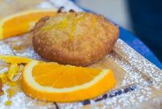 Sicilian bakelser som fylls med apelsinkräm Arkivbilder