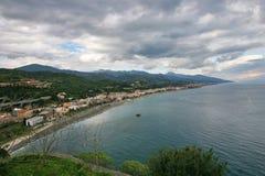 Sicilian panorama med den Messina gatan i backg Arkivbilder