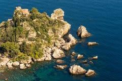 Sicilien: Flyg- sikt av ön för Isola Bella ` s Arkivbild