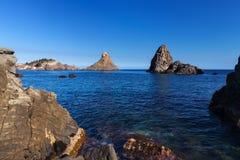 Sicilien Italien: Cyclopean öar på Aci Trezza Faraglioni arkivbild