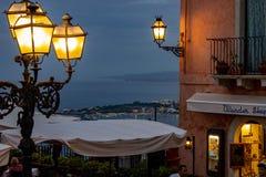 Sicilien Taormina som ses från fyrkanten arkivbild