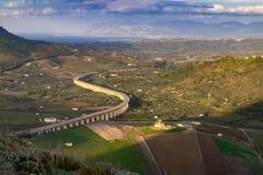 Sicily krajobraz z autostrady drogą na moście w dolinie fotografia stock