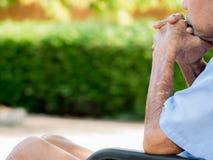 Sickman só em seus 77 anos do assento velho na cadeira de rodas no parque Fotografia de Stock Royalty Free