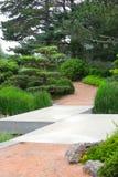 Sicksackbro som leder till en japansk trädgård Arkivbild