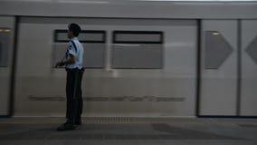 Sicurezza che aspetta il treno stock footage