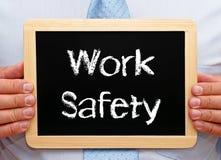 Sicurezza del lavoro - lavagna della tenuta del responsabile con testo Fotografia Stock