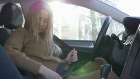 Sicurezza dell'automobile per la donna incinta e in grande aspettativa dietro la ruota che si inarca sulla cintura di sicurezza p video d archivio