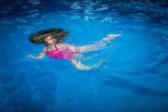 Sicurezza dello stagno - ragazza subacquea Fotografia Stock Libera da Diritti