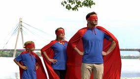 Sicurezza di sorveglianza della famiglia coraggiosa del supereroe della città, gruppo potente che va alla vittoria fotografia stock