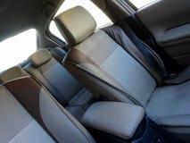 Sicurezza di veicolo Poggiacapi e cinture di sicurezza dentro l'interno dell'automobile immagini stock libere da diritti