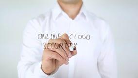 Sicurezza online della nuvola, scrittura dell'uomo sul vetro Fotografia Stock