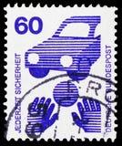 Sicurezza stradale - la palla davanti ad un'automobile, impedisce il serie di incidenti, circa 1971 immagine stock