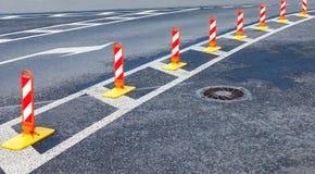 Sicurezza stradale Marcature di traffico su un asfalto grigio Rosso e briciolo Fotografia Stock