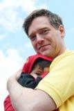 Sicuro e sano in braccia del papà Fotografia Stock Libera da Diritti