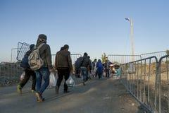 Sid,塞尔维亚- 2015年10月31日:穿过在Sid之间塞尔维亚& Bapska克罗地亚城市的难民塞尔维亚-克罗地亚边界 库存图片