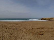 Sid el bachir海岛和波浪和岩石 库存图片