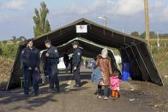 Sid, Serbie - 3 octobre 2015 : Réfugiés franchissant la frontière serbo-croate entre les villes de Sid Serbia et Bapska Croatie Image stock
