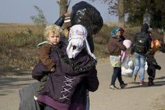 Sid, Serbie - 31 octobre 2015 : Réfugiés franchissant la frontière serbo-croate entre les villes de Sid Serbia et le Bapska Croat Photo stock