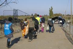 Sid, Serbie - 31 octobre 2015 : Réfugiés franchissant la frontière serbo-croate entre les villes de Sid Serbia et le Bapska Croat Photos stock