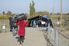 Sid, Serbie - 31 octobre 2015 : Réfugiés franchissant la frontière serbo-croate entre les villes de Sid Serbia et le Bapska Croat Images libres de droits