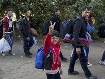 Sid, Serbie - 3 octobre 2015 : Réfugiés franchissant la frontière serbo-croate entre les villes de Sid Serbia et le Bapska Croati Photo libre de droits