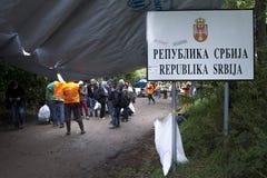 Sid, Serbie - 31 septembre 2015 : Réfugiés disposant à franchir la frontière serbo-croate entre Sid Serbia et Bapska Croatie Photographie stock