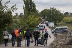 Sid, Serbie - 28 septembre 2015 : Réfugiés franchissant la frontière serbo-croate entre les villes de Sid Serbia et le Bapska Cro Photo libre de droits