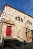 Sida av byggnaden, förbi kyrkan som används nu som utställningar i Monselice i Venetoen (Italien) Arkivfoto