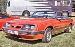 Sida av den klassiska bilen i rött Royaltyfria Bilder