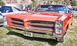 Sida av den klassiska bilen i rött Royaltyfri Bild