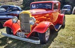 Sida av den klassiska bilen i rött Arkivfoto