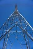 Sida av det högväxta elektriska tornet Arkivbild