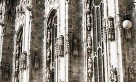 Sida av duomoen, Milan, Italien Arkivfoton