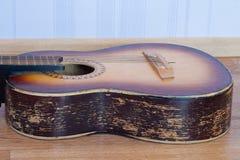 Sida av en gitarr royaltyfria bilder