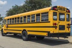 Sida av en gul skolbuss som parkeras på den Adler planetariet Augusti 3rd, 2017 - Chicago, Illinois royaltyfri foto