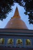 Sida av stor chedi& x28; pagoda& x29; av Nakorn Pathom Arkivbilder