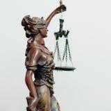 Sida av themis-, femida- eller rättvisagudinnaskulptur på vit Royaltyfri Foto